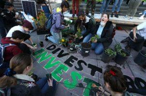 Activistas han criticado a BlackRock, con 7 billones de dólares en inversiones, por ignorar temas climáticos. Foto / Justin Sullivan/Getty Images.
