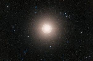 Betelgeuse, por lo menos 10 veces más masiva que el Sol, está en las etapas finales de su evolución. Foto / European Southern Observatory.