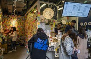 Fred Liu en su tienda de té de burbujas en Hong Kong. Mensajes ofrecen aliento a defensores de la democracia. Foto / Lam Yik Fei para The New York Times.