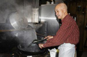 A muchos padres chinos les da gusto que sus hijos no sigan sus pasos trabajando en restaurantes, que exige largas horas. Foto / Lauren Lancaster para The New York Times.