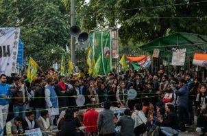 Aishe Ghosh (centro) encabeza un esfuerzo para oponerse a las políticas nacionalistas hindúes. Hablando en un mitin. Foto / Rebecca Conway para The New York Times.
