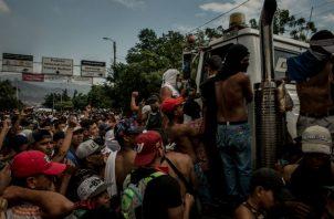 Manifestantes en un puente entre Venezuela y Colombia. Se impidió la entrada a Venezuela de camiones con ayuda. Foto / Meridith Kohut para The New York Times.
