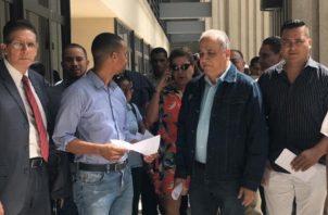Miembros de CD acudieron al Tribunal Electoral para renunciar a este colectivo. Sugey Fernández