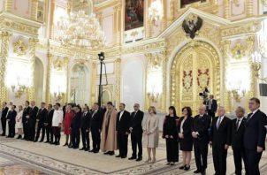 El presidente ruso Vladímir Putin brindó con los nuevos embajadores acreditados ante el Kremlin. FOTO/EFE