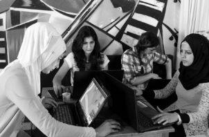 Si hay una humanidad renovada, las leyes serán buenas y se respetarán. Jóvenes de barrios rivales de Trípoli, Libia, se relacionan en un café donde aprenden a convivir con sus pares de barrios rivales. Foto: EFE.