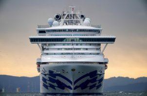 El Diamond Princess se encontra anclado en el puerto de Yokohama para suministrarse de comida y otros pertrechos, después de haber quedado lejos de la costa en fechas previas para realizar tareas de saneamiento de aguas negras. FOTO/EFE