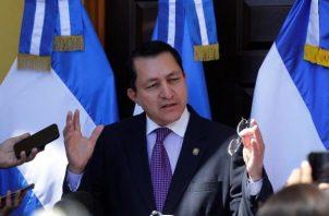 El presidente de la Asamblea Legislativa de El Salvador, Mario Ponce, ofrece una rueda de prensa este lunes en la capital del país. FOTO/EFE