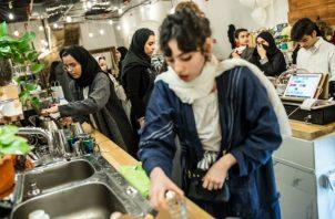Arabia Saudita ha invalidado una ley que requiere que negocios segreguen a hombres y mujeres. Hoy emplean a ambos. Foto / Iman Al-Dabbagh para The New York Times.