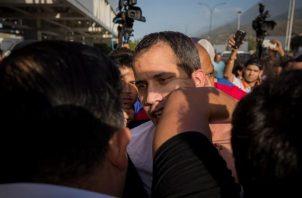 Juan Guaidó fue agredido por un grupo de chavistas al su llegada de una gira internacional. FOTO/EFE