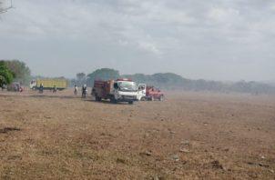 Fue necesario utilizar un tractor para hacer una línea corta fuego, de manera de controlar el incendio y evitar que se siguiera propagando. FOTO/Thays Domínguez