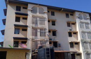 Funcionarios del BHN realizaron la inspección de los apartamentos para verificar si eran ocupados por los propietarios o por terceras personas, lo cual según dijo, no es permitido. FOTO/thays Domínguez