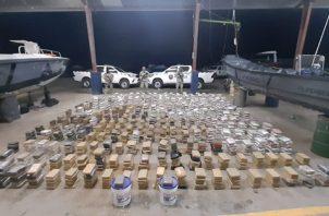 Incautan 1,367 paquetes de posible sustancia ilícita en embarcación. Foto: SENAN