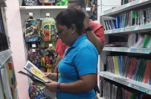 Los comercios deberán mantener el listado de útiles escolares exentos del pago del impuesto. Foto/Cortesía
