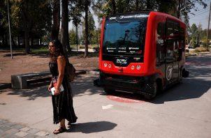 Un pequeño autobús rojo, más silencioso que un aspirador, recoge a un máximo de 12 viajeros en la estación de metro homónima del parque, y a 12 kilómetros por hora los traslada hasta la piscina olímpica climatizada del interior.