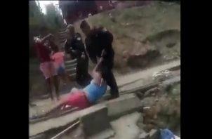 La policía intentaba detener a una persona que supuestamente tenía un arma de fuego. Foto: Rede sociales.