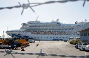Las autoridades han permitido salir del barco y hospitalizar a los pasajeros que han contraído el COVID-19, además de autorizar el desembarco de algunos de edad avanzada o con otras complicaciones de salud y que hayan dado negativo en los análisis médicos. FOTO/AP