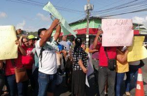 Los manifestantes aseguran que tienen 20 días sin el suministro del vital líquido.Foto/Eric Montenegro