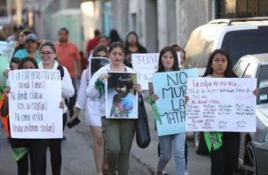 Manifestantes marchan para protestar por el asesinato de Fátima. FOTO/AP