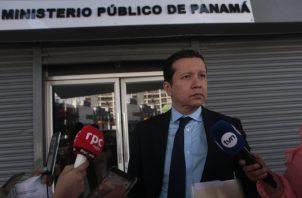 El abogado de Rosas, Juan Carlos Guerra, sale del Ministerio Público, luego de que se aplazara la indagatoria al exdiputado panameñista.