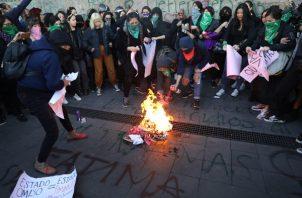 Mujeres protestan por los casos de femicidio ocurridos en el país  y la poca respuesta de las autoridades. FOTO/EFE