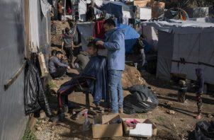 Surge ciudad de carpas junto a un centro de refugiados en Samos. Ambos albergan a 6 mil 800 personas. Foto / Laura Boushnak para The New York Times.