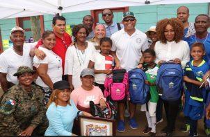Mariano Rivera en la entrega de útiles escolares.