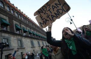 Un grupo de persona protestan cerca del Congreso en México. FOTO/EFE