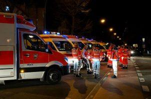 Una ambulancia permanece en la escena del mortal tiroteo. Foto: EFE.