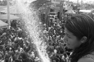 """Las mojaderas son conocidas en Panamá como """"culecos"""", forma de diversión popular con agua, música y vestidos de fantasía, durante los cuatro días de Carnaval. Foto: Archivo. Epasa."""