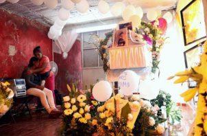 Vecinos y amigos de la familia de Fátima Cecilia, acudieron a su funeral.