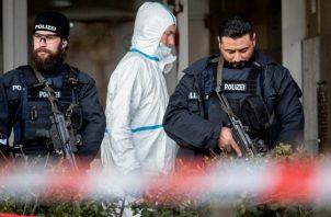 Agentes de la policía alemana vigilan la entrada de un bar donde varias personas murieron. FOTO/AP