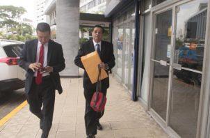 Jorge Rosas (derecha) junto al abogado Juan Carlos Guerra, el jueves, a su llegada a la Fiscalía Anticorrupción. Víctor Arosemena