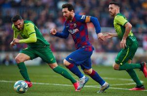 Lionel Messi del Barcelona (cent.) conduce el balón ante los defensores del Eibar, Anaitz Arbilla (izq.) y Esteban Burgos. Foto:EFE