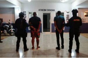 Las tres personas bajo investigación fueron puesto a órdenes de las autoridades competentes.