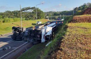 Cerraron la vía para limpiar el combustible regado en la carretera. Foto/Diomedes Sánchez.