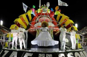 Los desfiles de las escuelas de samba en el Sambódromo de Río de Janeiro concluyeron durante este martes y ahora los fanáticos de esa fiesta aguardan la decisión de los jurados sobre la mejor presentación. FOTO/AP