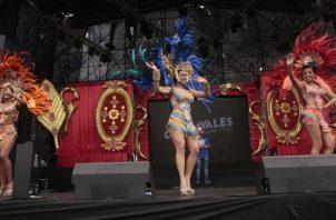 La reina del carnaval capitalino, Julia Marina López, y sus princesas, salieron a amenizar los culecos en la Cinta Costera.  Víctor Arosemena