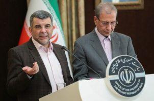 El viceministro iraní de Salud, Iraj Harirchi (Izq), se realizó los exámenes de rigor y dio positivo en coronavirus y está  aislado. FOTO/AP