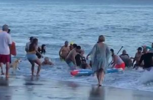 La abuela, que intentó rescatar a sus nietas en playa Coronado, fue sacada del mar por los bañistas, pero sin signos vitales.