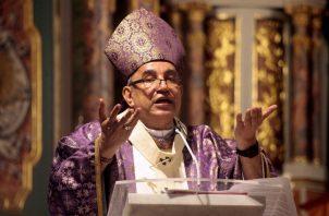 El Monseñor José Domingo Ulloa presidió la misa por el Miércoles de Ceniza en la Catedral Basílica Santa María La Antigua, en el inicio de la Cuaresma. Foto Víctor Arosemena