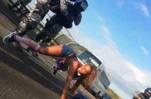 Daphey Rifkopel es detenida luego de arrojar un arma de fuego desde el puente de las Américas.