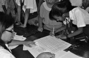 Estudiantes cuando cobraban la Beca Universal, la cual se transformó en el Programa de Asistencia Social Educativa Universal (PASE-U), con las nuevas exigencias en cuanto a asistencia a clases y rendimiento. Foto: Archivo.