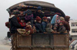 Durante nueve años de guerra civil, millones de sirios han huido. Un camión cerca de Idlib, antes su último refugio. Foto / Khalil Ashawi/Reuters.