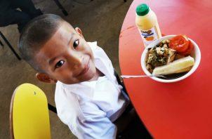 """Los niños de la escuela Llano Tugrí, en la comarca Ngäbe Buglé, disfrutaron del menú del programa 'Estudiar sin Hambre"""", en el primer día de clases del año lectivo 2020."""