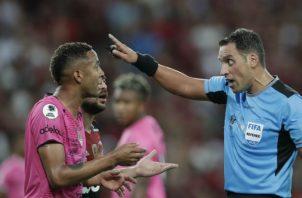 Gaby Torres habla con el árbitro argentino Fernando Rapallini. Foto AP