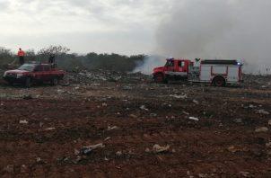 Bomberos combaten el fuego en un terreno cercano al vertedero. FOTO/Thays Domínguez