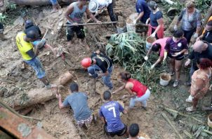 """habitantes y bomberos buscando a los desaparecidos tras el derrumbe en el """"Morro do Macaco Molhado"""", en Guarujá (Brasil). FOTO/EFE"""