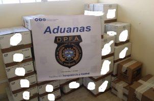 Las cajas de licor importado, que se presume son de contrabando, corresponden a ginebra y seco principalmente.