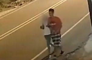 El presunto homicida es un joven de unos 20 años, delgado y de aproximadamente 1.60 metros de estatura, de cabello lacio corto