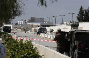 Según informes de los medios locales, un presunto atacante suicida en una motocicleta detonó. fuera de la embajada de los Estados Unidos en el área de Lac 2 de Túnez. FOTO/AP